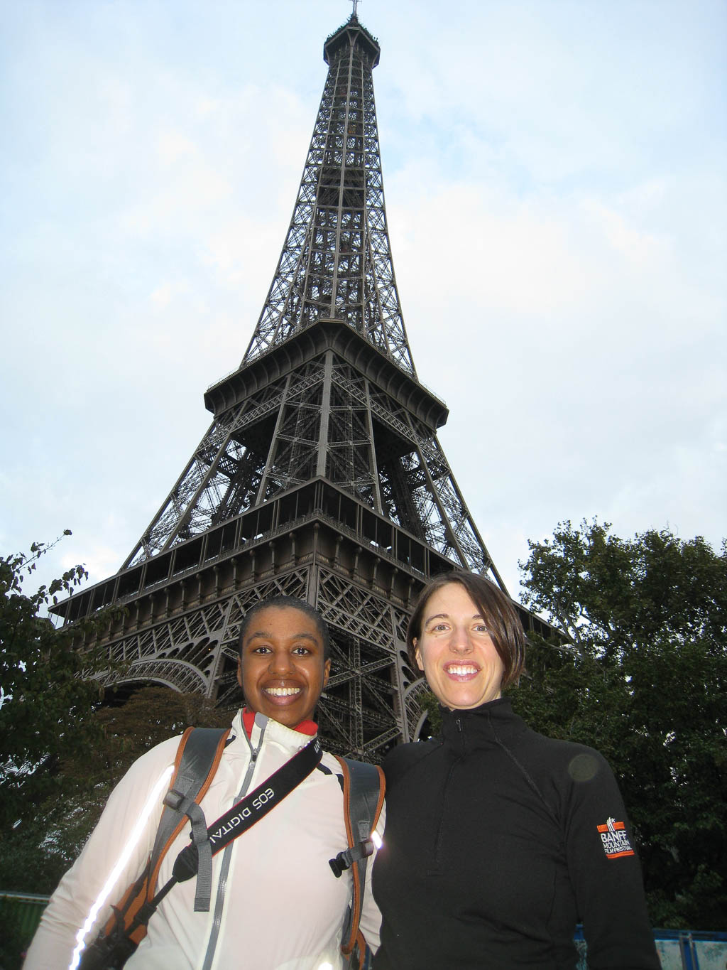 Kronda and Jess in front of the Eiffel Tower